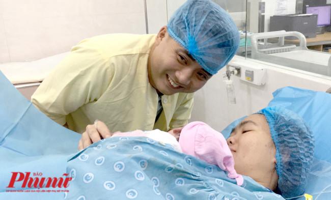 <p><em>Anh Phạm Văn Hoàng Long không giấu được niềm hạnh phúc bên vợ và con gái bé bỏng. Lần đầu làm cha, anh nói rằng không sung sướng sao được, chỉ mong con gái mau ăn chóng lớn, mọi chuyện còn lại để… ba mẹ lo.</em></p>  <p>&nbsp;</p>
