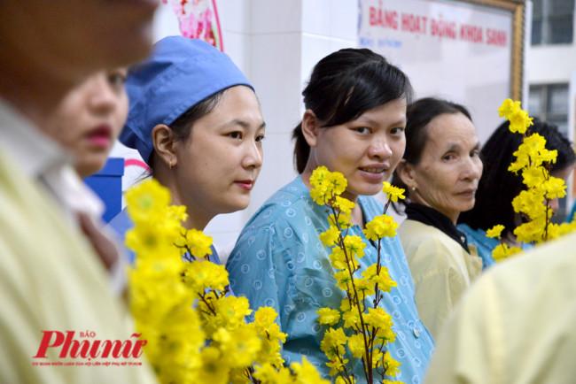 <p><em>Dù không phải hoa thật nhưng những nhành mai đã giúp không khí chờ đợi cơn vượt cạn trở nên nhẹ nhàng hơn. Các sản phụ khi chờ sinh được chồng dắt vào phòng y tế để cùng các bác sĩ chờ đợi thời khắc bước sang năm 2020.</em></p>