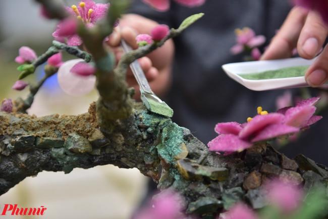 <p>Màu sắc xanh, hồng trên cây cũng được xay nhỏ từ đá quý tạo nên.</p>