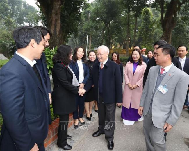 """<p><em><span class=""""idung"""">Tổng bí thư, Chủ tịch nước Nguyễn Phú Trọng với cán bộ nhân viên Khu di tích Chủ tịch Hồ Chí Minh tại Phủ chủ tịch</span></em></p>"""