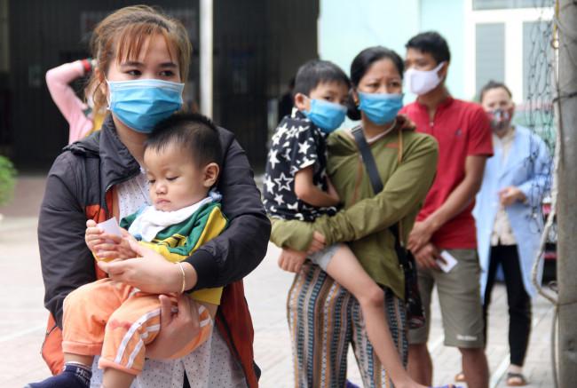 """<p><em>Chọn cho mình một gói bột giặt, sữa cùng một ít bỉm cho con, chị Nguyễn Thị Bình (46 tuổi, trú tại huyện Kỳ Sơn, Nghệ An) nói: """"Dịch kéo dài nên đã mấy tháng nay, chồng không có việc làm, nhà chẳng còn tiền để lo chữa bệnh cho con nữa, lo lắm. Món quà nhỏ này dù không nhiều nhưng cũng phần nào giúp mẹ con đỡ được chi tiêu vặt trong thời gian ở bệnh viện"""".</em></p>"""