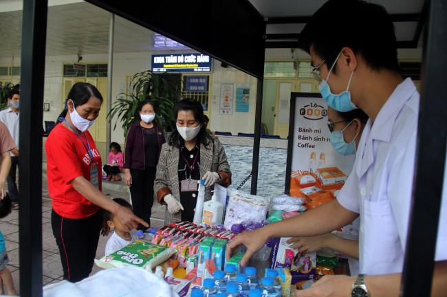 <p><em>Ngay trong buổi đầu tiên đi vào hoạt động, gian hàng này trao hàng trăm suất quà đến tận tay cho các bệnh nhân.</em></p>