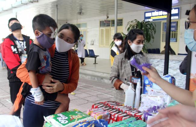 """<p><em>Bác sĩ Hồ Giang Nam - Bí thư Đoàn Bệnh viện Sản Nhi Nghệ An cho biết, dịch bệnh diễn biến phức tạp đã làm ảnh hưởng đến việc chăm sóc và điều trị của bệnh nhân và người nhà trong thời gian qua. Việc mở """"gian hàng 0 đồng"""" thời điểm này sẽ rất thiết thực với các bệnh nhân, nhất là những bệnh nhân nghèo đang điều trị nội trú.</em></p>"""