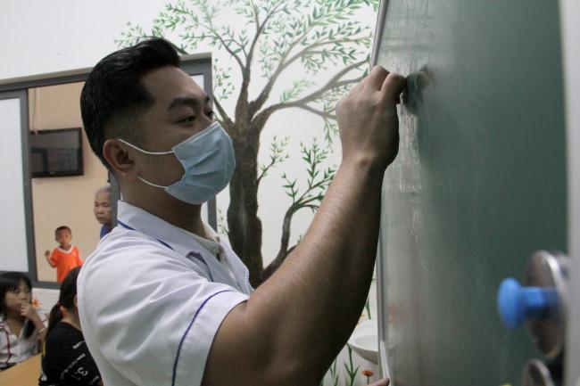 <p><em>Đứng lớp có thể là bác sĩ, điều dưỡng hay các giáo viên tình nguyện.</em></p>