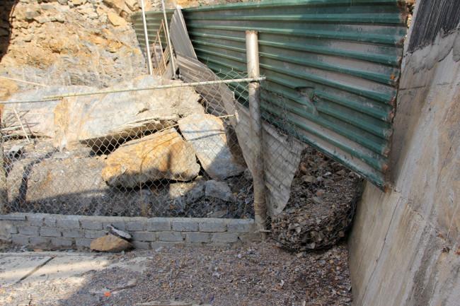 <p>Trong lúc chờ đợi, nhiều gia đình phải sử dụng rọ đá, lưới thép, tôn vây tạm thời quanh nhà để tránh đất đá tràn vào nhà.</p>