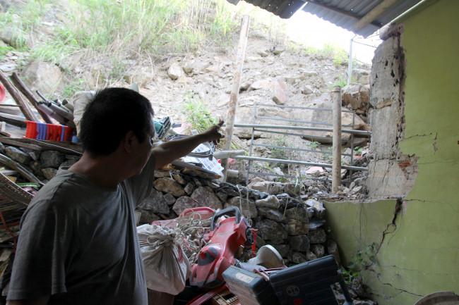 <p>Ông Nguyễn Văn Dung (trú khối 4) cho biết, vết nứt này được người dân phát hiện vào khoảng giữa năm 2020. Đến tháng 3/2021, nó đã nới rộng thêm từ 1-5cm. Khi xuất hiện sạt lở, ông Dung đã bỏ ra hơn 30 triệu đồng đan rọ đá lớn kè phía sau nhà để ngăn đất đá tràn vào mỗi lúc có mưa lớn song không mấy tác dụng.</p>