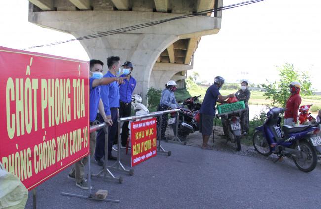 <p>Từ sáng sớm, lực lượng chức năng Nghệ An đã lập 12 chốt kiểm soát tại các cửa ngõ TP. Vinh để kiểm soát người và các phương tiện ra vào thành phố.</p>