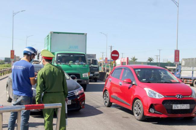 <p>Tại nhiều điểm chốt kiểm soát, các phương tiện vẫn đổ về song không được qua chốt dẫn đến tình trạng ùn tắc cục bộ.&nbsp;</p>