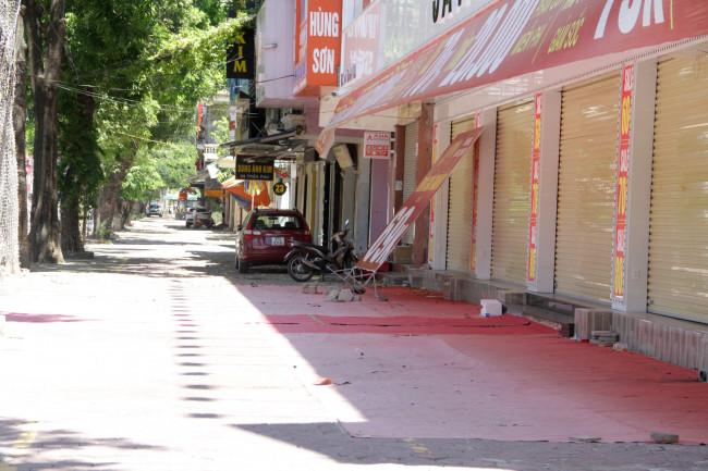 <p>Theo ghi nhận của phóng viên, các cửa hàng kinh doanh đều đóng cửa, chỉ lác đác số ít hàng quán treo biển bán hàng mang về.&nbsp;</p>
