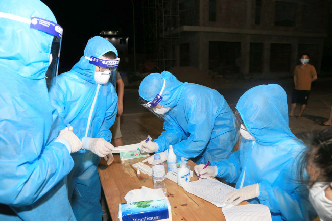 <p>Để thực hiện được việc lấy mẫu trên diện rộng, Sở Y tế Nghệ An điều động 630 bác sĩ, nhân viên y tế từ các đơn vị trong toàn ngành và sinh viên Trường Đại học Y khoa Vinh về các xóm, khối dân phố để lấy mẫu.</p>