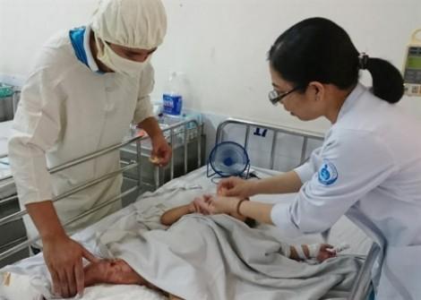 Đống un hơn 1 tháng còn nóng, bé gái đạp lên bị đốt chín đôi chân
