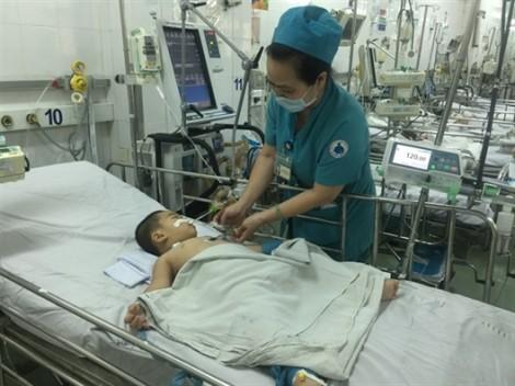 Hóc hạt na, bé 2 tuổi ngưng tim ngưng thở