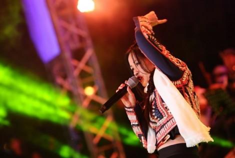 Ca sĩ Hồng Nhung trẻ trung như thiếu nữ khi hát nhạc Trịnh