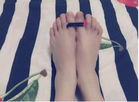 Giảm ngay 6 cm vòng eo chỉ cần buộc 2 sợi dây thun vào ngón chân