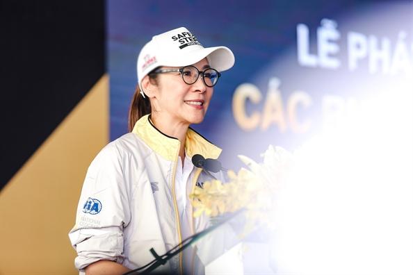 Duong Tu Quynh hao hung tham gia tro choi cung sinh vien Viet Nam