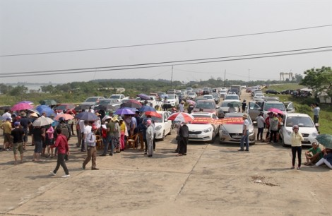 Người dân 'bao vây' cầu Bến Thủy, trạm thu phí 'xả' cửa tự do