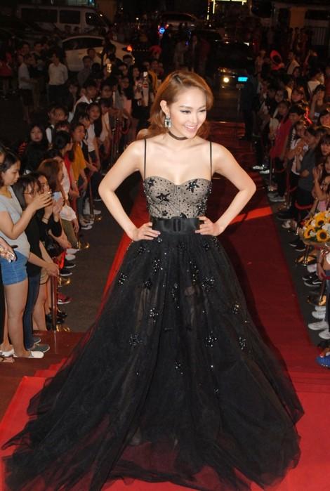 Minh Hằng, Phương Trinh Jolie hở bạo trên thảm đỏ Cánh diều vàng 2016
