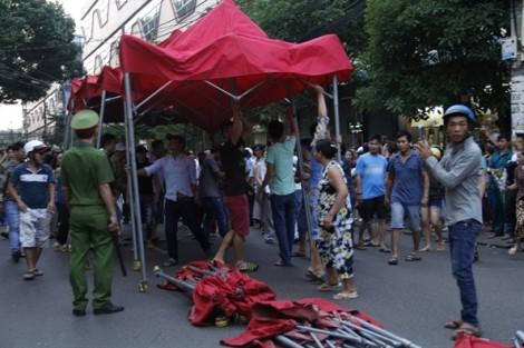 Xử lý lấn chiếm vỉa hè: Phó Chủ tịch phường bị tát, cán bộ bị đánh nhập viện