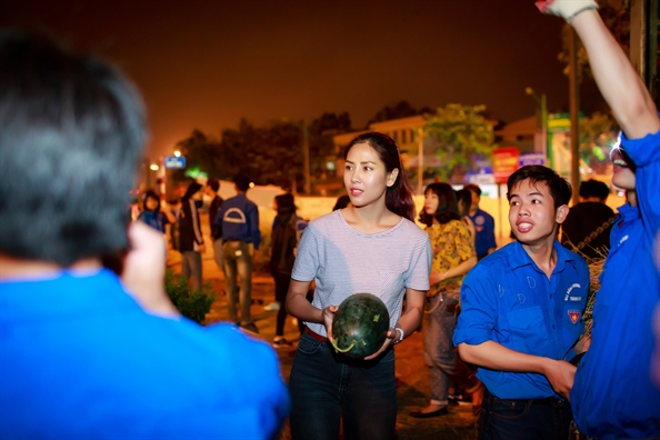 Nguyen Thi Loan mua hon 3 tan dua ung ho nong dan Quang Ngai
