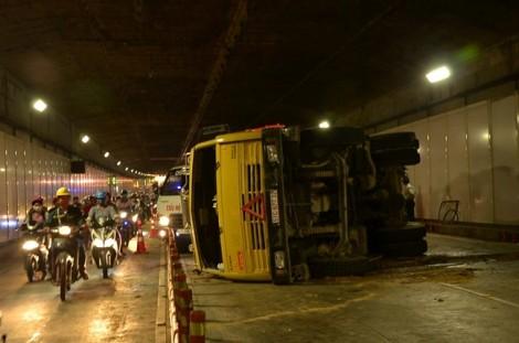 Lật xe chở đất, hầm Thủ Thiêm ùn tắc nhiều giờ