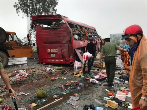 Xe khách tông trực diện dải phân cách, hơn 10 người thương vong