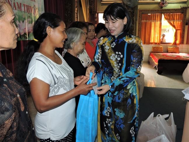 Hoi LHPN TP.HCM tham va tang qua phu nu dan toc Khmer