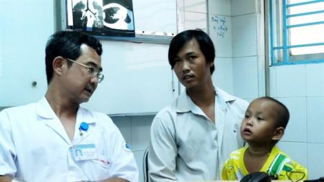 Sặc cây kèn trong phổi, bác sĩ bảo viêm phế quản