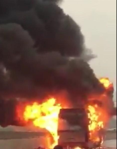 Xe khách giường nằm bốc cháy dữ dội trên đường, hành khách hoảng loạn tháo chạy
