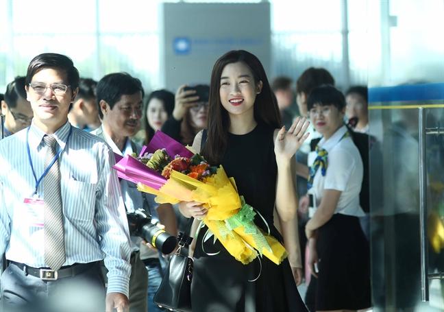 Theo chan hoa hau Do My Linh dao xu hoa vang co xanh