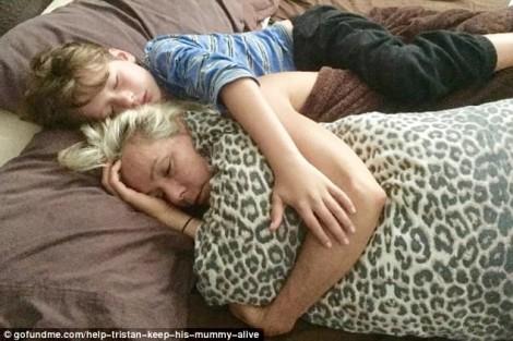 Ngay cả khi ngủ, cậu bé 8 tuổi không rời mẹ ung thư vú giai đoạn cuối