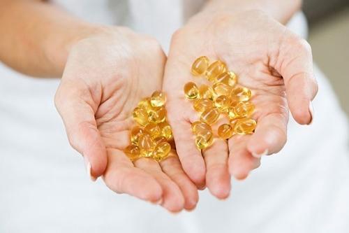 Cat 2 vien Vitamin E dap mat, da trang boc chi sau 1 lan dung duy nhat