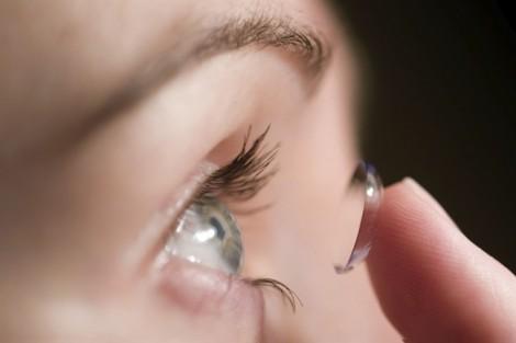 Làm đẹp bằng kính áp tròng chú trọng an toàn vệ sinh cho mắt