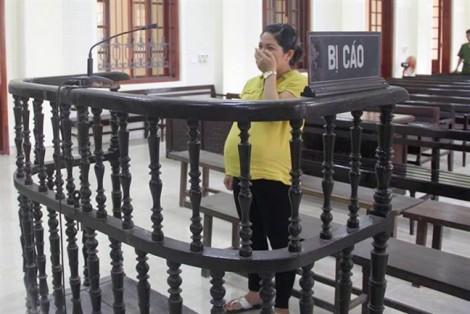 Bà bầu 9 tháng khóc nấc khi nghe tòa tuyên 15 năm tù