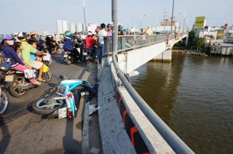 Hy hữu 2 thanh niên tông thành cầu Nguyễn Văn Cừ, văng xuống kênh Đôi