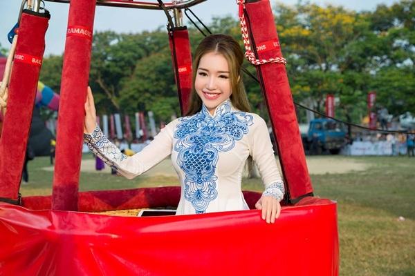 Elly Tran 'nhuong cho' cho Emily Hong Nhung