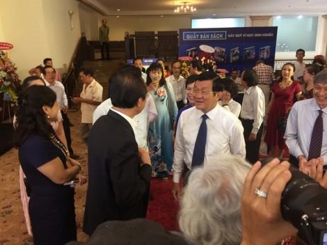 Nguyên Chủ tịch nước Trương Tấn Sang chúc mừng sách ảnh 'Vị thế Việt Nam'