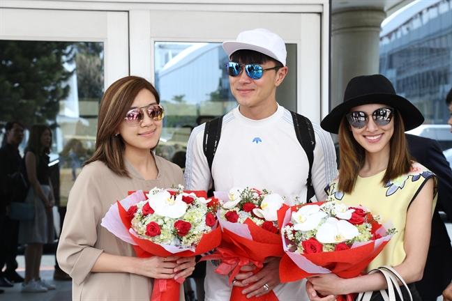 Sao TVB bi fan Viet vay kin o san bay