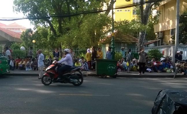 'Cho nguoi' nuoi benh thue cong khai truoc cong benh vien