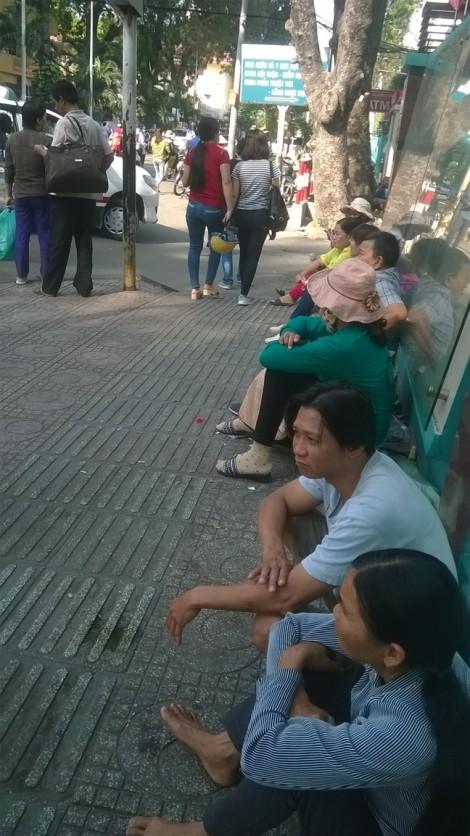 'Chợ người' nuôi bệnh thuê công khai trước cổng bệnh viện