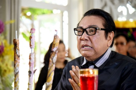 Nghệ sĩ hài Phú Quý khóc nức nở trước linh cữu NSƯT Thanh Sang