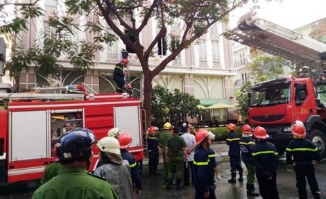 Cảnh sát PCCC giải cứu 11 người mắc kẹt trong tòa nhà cao tầng ở Sài Gòn