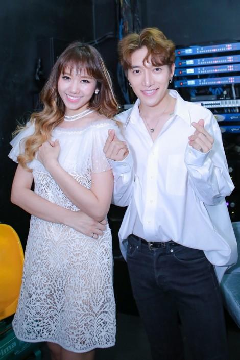 Trấn Thành tình cảm song ca cùng bà xã Hari Won trong buổi fan meeting