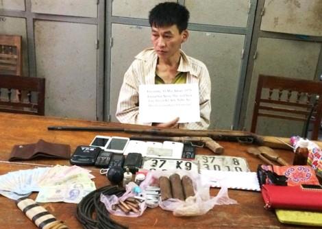 Kẻ buôn ma túy liều mạng ném mìn tự chế vào cảnh sát khi bị vây bắt