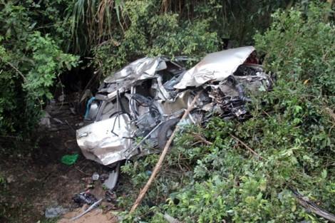 Băng ngang đường tàu, ôtô bị tông biến dạng làm 4 người tử vong