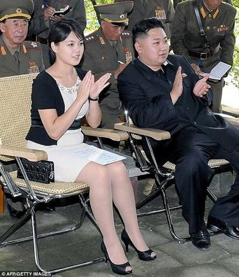 Nho phu nhan cua Kim Jong Un, phu nu Trieu Tien mac vay ngan hon