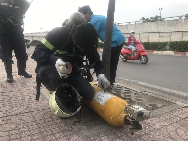 Hai vat the la nghi chua khi doc khien nguoi dan hoang loan tren dai lo Pham Van Dong