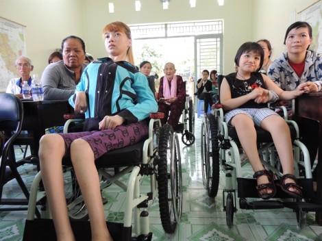 Trao 47 xe lăn cho phụ nữ khuyết tật TP.HCM
