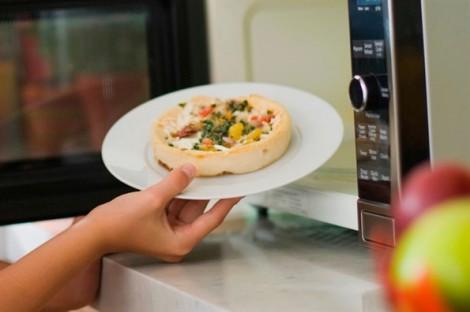 Vì sao không nên hâm pizza bằng lò vi sóng