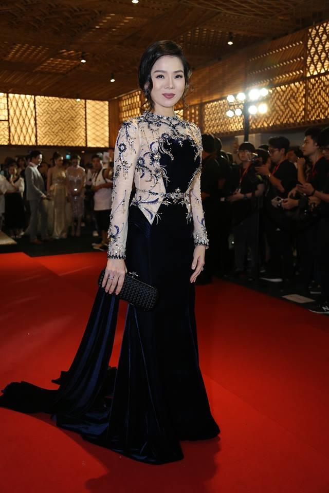 Ho Ngoc Ha lanh lung cham mat Le Quyen trong show thoi trang