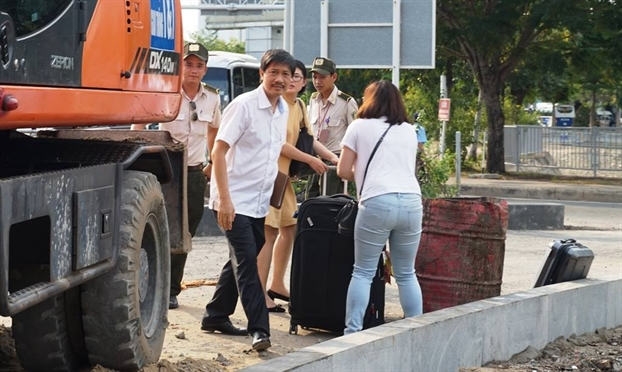 Tan Son Nhat ket cung, Giam doc an ninh san bay ra duong giup hanh khach